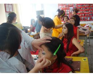 芬妮美容美发学校为模特大赛化妆造型